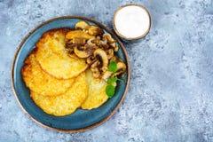 Crepes de patata caliente con las setas fritas Imagen de archivo libre de regalías