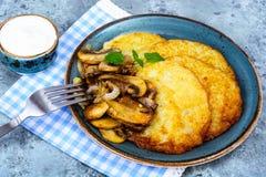 Crepes de patata caliente con las setas fritas Foto de archivo