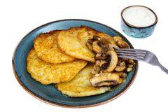 Crepes de patata caliente con las setas fritas Fotografía de archivo