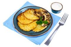 Crepes de patata caliente con las setas fritas Imágenes de archivo libres de regalías