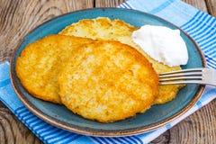 Crepes de patata con crema amarga Fotografía de archivo