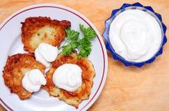 Crepes de patata con crema amarga Imagen de archivo