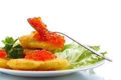 Crepes de patata con el caviar rojo Fotografía de archivo