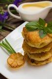 Crepes de patata con la salsa de crema agria en el color de fondo  Vector de madera Primer Imagen de archivo