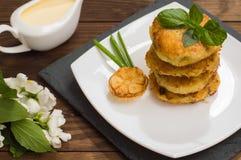 Crepes de patata con la salsa de crema agria en el color de fondo  Vector de madera Primer Fotos de archivo libres de regalías