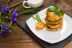 Crepes de patata con la salsa de crema agria en el color de fondo  Vector de madera Primer Fotos de archivo