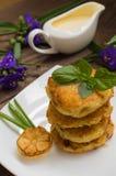 Crepes de patata con la salsa de crema agria en el color de fondo  Vector de madera Primer Imágenes de archivo libres de regalías
