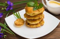Crepes de patata con la salsa de crema agria en el color de fondo  Vector de madera Primer Foto de archivo libre de regalías
