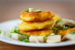 Crepes de patata con los arenques y la cebolla Imágenes de archivo libres de regalías