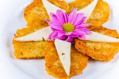 Crepes de patata con queso en la placa blanca Fotos de archivo