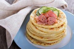 Crepes de patata escandinavas con los salmones Imagen de archivo