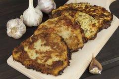 Crepes de patata fritas con ajo Comida checa tradicional Preparación de la comida hecha en casa Imagen de archivo libre de regalías