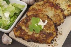 Crepes de patata fritas con ajo Comida checa tradicional Preparación de la comida hecha en casa Fotos de archivo