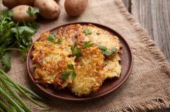 Crepes de patata o hecho en casa tradicional del latke Fotografía de archivo libre de regalías