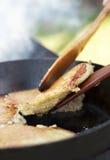 Crepes de patata que fríen proceso Fotografía de archivo