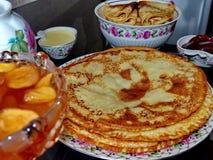Crepes del blini y atasco rusos de la manzana, leche condensada, miel Celebración de Maslenitsa Maslenitsa está un del este fotos de archivo libres de regalías