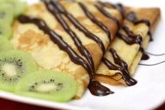 Crepes del francés con el chocolate y el kiwi foto de archivo