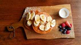 Crepes del plátano servidas en el tablero de madera rústico Fotos de archivo libres de regalías