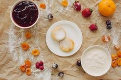 Crepes del queso con crema agria en el fondo del pergamino, endecha plana fotos de archivo libres de regalías