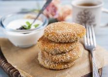 Crepes del queso cuajado, pasteles de queso para el desayuno con las bayas y crema agria Imagen de archivo libre de regalías