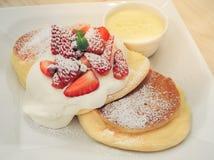 Crepes del soplo de queso de la fresa con la 'fondue' imagen de archivo libre de regalías