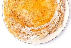 Crepes delgadas con la miel y el azúcar en polvo imagenes de archivo