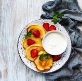 Crepes deliciosas con la fresa fotos de archivo