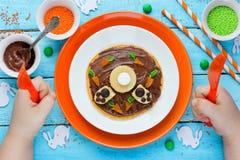Crepes divertidas del conejito para el desayuno de Pascua imagen de archivo