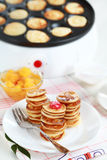 Crepes dulces con el fabricante de la crepe Imágenes de archivo libres de regalías