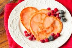 Crepes en forma de corazón hechas en casa con los arándanos en el pla de la porcelana foto de archivo libre de regalías