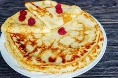 Crepes en una placa blanca con la miel y una taza de leche Br sabroso Foto de archivo libre de regalías
