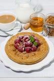 crepes finas tradicionales con las frambuesas frescas para el desayuno Foto de archivo libre de regalías