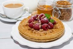 crepes finas tradicionales con las frambuesas frescas para el desayuno Imagen de archivo libre de regalías