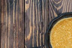 crepes finas tradicionales en una placa y un fondo de madera Imagenes de archivo