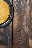 crepes finas tradicionales en una placa y un fondo de madera Fotografía de archivo libre de regalías