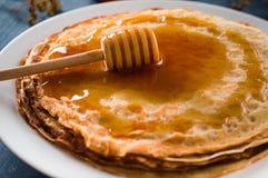 Crepes frescas con la miel, el jarabe de arce, el requesón y las mandarinas Fondo de madera Visión superior Imágenes de archivo libres de regalías