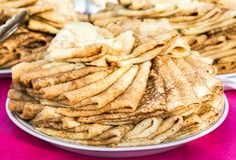 Crepes fritas apetitosas en la semana de la crepe Imágenes de archivo libres de regalías
