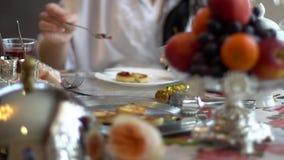 Crepes hechas en casa deliciosas del queso con la pasa, atasco actual rojo en una placa blanca almacen de metraje de vídeo