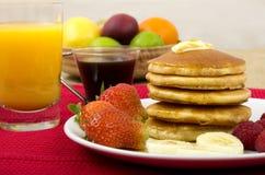 Crepes, jarabe de arce y desayuno de la fruta Foto de archivo libre de regalías