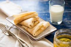 crepes Pancake sottili russi con miele Tavola di prima colazione Fotografie Stock Libere da Diritti