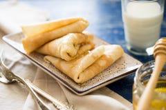 crepes Pancake sottili russi con miele Tavola di prima colazione Immagine Stock Libera da Diritti