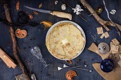 Crepes rematadas con mantequilla Desayuno delicioso en la tabla de madera fotos de archivo libres de regalías