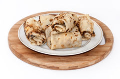 Crepes rodadas rellenas con tocino frito crema agria Fotografía de archivo