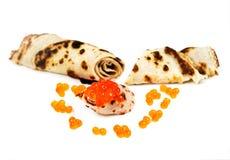 Crepes tradicionales rusas con el caviar de color salmón Foto de archivo