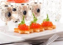 Crepes y vodka con el caviar rojo fotos de archivo libres de regalías