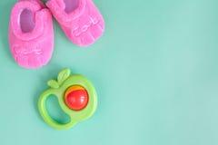 Crepitio e bottini del bambino su fondo verde Fotografia Stock Libera da Diritti