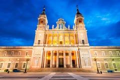 Crepúsculo de Almudena Cathedral, Madrid en España Imagen de archivo libre de regalías