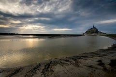 Crepúsculo em Le Mont St Michel Fotografia de Stock Royalty Free