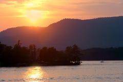Crepúsculo en el lago George. Fotografía de archivo