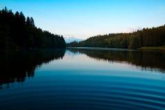 crepúsculo místico pelo lago Fotos de Stock Royalty Free